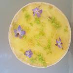 Tarte aux citrons,sur une base de spéculos écorce de citron vert ,fleurs de bourrache.