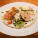 Assiette gourmande (gravelax de saumon label rouge, foie gras tariquet et truffes de cahors