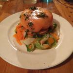 Dome de saumon et chêvre frais, tagliatelles de légumes en salade
