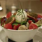 Salade d'été, mozzarella burrata, croûtons tapenade, artichauts marinés, tomate séchée