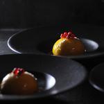 Crémeux Giandujat coco, cœur fruit de la passion, Craquant praliné et coulis exotique.