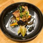 Quasi de veau, glace de viande, fumaison de légumes et shimeji, gel et feuilles d'artichaut.
