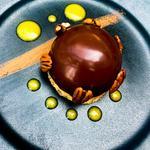 Dôme chocolat, cœur coulant aux marrons et sa génoise aux noix