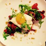 Aubergines confites et tomates fraîches, omelette de blanc d'œuf et son jaune mariné à la sauce soja.