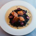 Sauté de saumon sur un lit de lentilles, sauce au chorizo