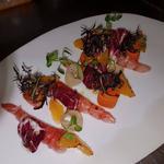 crevettes marinées aux agrumes et poivre de timut, pickles de légumes et clémentines grillées