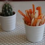 Snack mexicain: julienne de carottes et jicama saupoudré du mélange piment et sel et citron vert