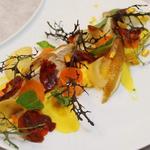 Volaille jaune label rouge, carottes en deux textures et jeunes pousses.
