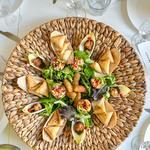 Samoussa au légumes, poulet, boeuf, croquette au manioc, beignet de taro, salade de gato pima (beignet de pois cassés)