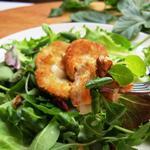 Salade composée au chèvre chaud pané