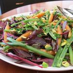 Salade aux pousses de betterave, haricots verts, carottes et pistaches