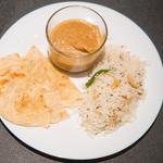 Butter chicken, riz au cumin et pain traditionnel indien