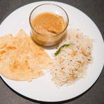 Butter chicken, riz au cumin et pain traditionnel indien
