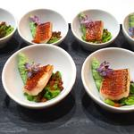 Filet de rouget en terre & mer, petits légumes croquants et fritons de canard