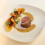 Agneau grillé, sauce Mafé, Plantain rôtie légumes glacés
