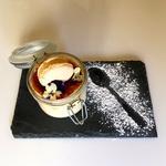 Tiramisu revisité façon crème brulée et macaron vanille.