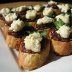 Bruschetta aux oignons caramélisés, fromage de brebis frais et feuille de persil