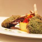 Carré d'agneau de Sisteron en croûte de noisettes & herbes, polenta & ratatouille