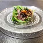 Effiloché de poitrine de cochon, salade, pickles oignons & carottes, sauce Yakitori spéciale et Kimchi