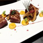 Magret de canard mariné, kaki rôti, purée de potimarron à la graine du paradis et son caramel de vin rouge.