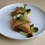 Samoussas au garam massala, Chutney de coriandre et Crudités de saison