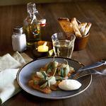 Assiette de saumon fumé maison, beurre battu à la main et pickles de capron.