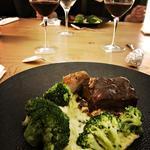 Filet mignon, fondue de poireaux, brocoli et sauce au vin rouge et menthe.
