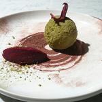 Boule de lentillons rose de Champagne poudrée au thé matcha et orties du jardin son coeur de chutney de mangue et son sorbet de betterave poivrée