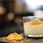 Pana Cotta à la vanille bourbon, abricot poché à la fleur d'oranger, coulis d'abricot