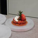 Tartare de fraise pistache-menthe, coeur fondant aux chocolat, chantilly et macaron fraise Tagada.
