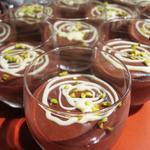 Mousse au chocolat, chocolat blanc et pistaches écrasées