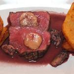 La viande d'Aubrac cuite saignante, sauce au vin rouge jus d'huître