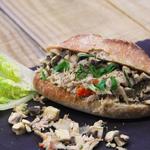 Sandwich franchouillard : poulet aux champignons, pickles, oignons