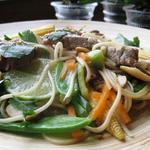 Wok thaïlandais au bœuf et aux légumes asiatiques