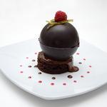 Sphère de chocolat noir, citron vert, gingembre et framboise