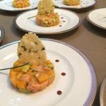 tartare de coeur de saumon a la mangue avocat tuile au basilic