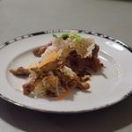 Poitrine de porc grillée, choux mariné, chips de riz, sauce miso