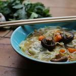 Raviolis à la thaï, bouillon infusé à la citronnelle et shiitakés