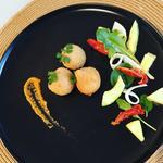 Croquettes de poulet au fines herbes, salade de coeur de palmier, sauce piment rouge.