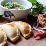 Empanadas de volaille / Sauce parmesan, noix & aji amarillo