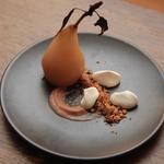 Poire pochée aux épices - croquant de noix et chataigne - crème montée a la liqueur de noix