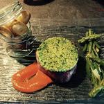 Filet de bœuf en croûte d'herbes, sauce poivron rouge et chorizo, grenailles poêlées et légumes croquants