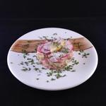 Tartare de saumon au combava avocat, pamplemousse et radis rose