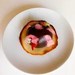 Crumble fraise rhubarbe, beignet poire, barbe à papa, tuile et sphère au chocolat noir flambée à la chartreuse