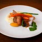 Poitrine de porc caramélisé, écume de céleri, petits légumes glacés et purée de panais,
