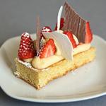 Tartelette aux fraises, crème légère, meringue chocolat et meringue combava