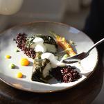 Dos de cabillaud cuit vapeur en algue Kombu, riz vénéré, condiments carotte/gingembre, écume de fumet de poissons