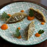 Gyoza de confit d'agneau, sauce ponzu, condiment patate douce et citronnelle