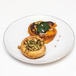 Fondant de patate douce au coeur d'épinards, champignons farcis aux noisettes et à la coriandre, tartine de fauxmage