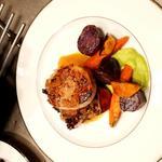 Médaillon de veau aux légumes braisés, confit d'oignons et sa mousseline petits pois.
